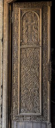 Porte en bois décorative à l'église de Saint Hripsime à Etchmiadzin, en Arménie. Banque d'images - 89713862