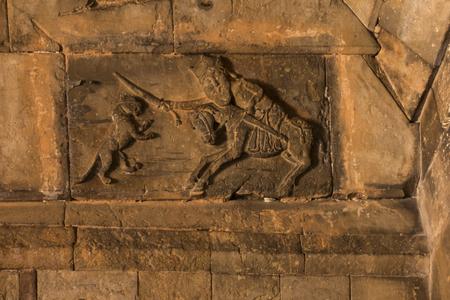 Monastère de Noravank en Arménie. Relief sur le mur de Saint-Georges combattant le dragon Banque d'images - 90796931