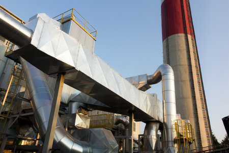 installation of dust removal from coal boilers, in front of a concrete chimney Imagens