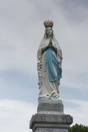 Standbeeld van Onze Lieve Vrouw van de Onbevlekte Ontvangenis. Lourdes, Frankrijk, belangrijk katholiek bedevaartsoord