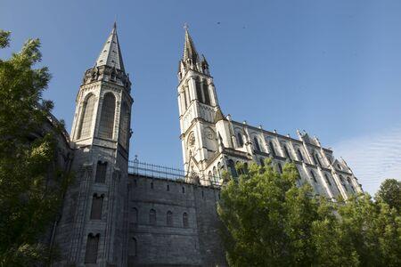 Basiliek van de Onbevlekte Ontvangenis van de Heilige Maagd Maria in Lourdes en Basiliek van Onze-Lieve-Vrouw van de Rozenkrans in Lourdes, Frankrijk Stockfoto