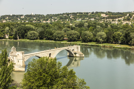 The Saint B?n?zet bridge, known as the Avignon bridge, facing the city of Villeneuve les vignon. Vaucluse. France. 報道画像