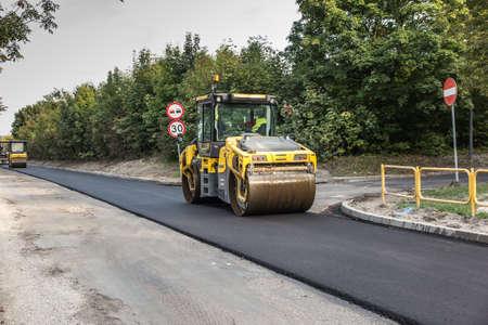 road roller smoothing the top layer of asphalt 版權商用圖片