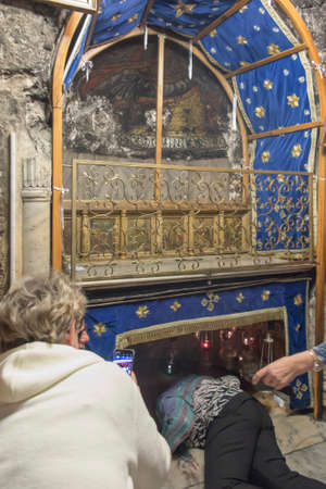 Bethlehem, Palestine - January 28, 2020: A silver star marks the traditional site of the birth of Jesus in Bethlehem's Church of the Nativity, Bethlehem, Palestine on January 28, 2020. 新聞圖片