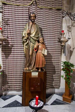 NAZARETH, ISRAEL, January 26, 2020: The figure of St. Joseph with Jesus in the Church of St. Joseph in Nazareth, Israel 新聞圖片