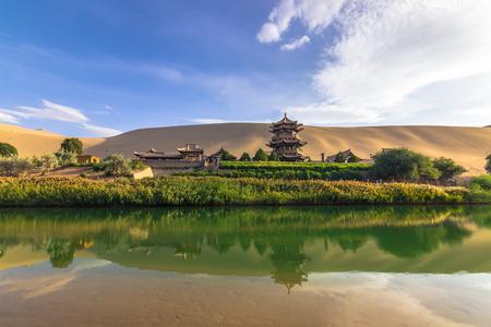 Dunhuang, China - 06 de agosto de 2014: El oasis del lago Crescent en Dunhuang, China Foto de archivo - 74289091