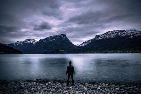 ヴァンヴィエン、ノルウェーのヴァング, ノルウェー - 2017 年 5 月 13 日: 山の風景