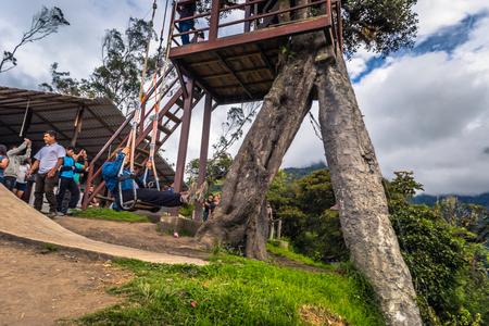 Baños - 19 août 2018: les touristes chevauchant la célèbre balançoire de la fin de la Casa de Arbol à Baños, Équateur