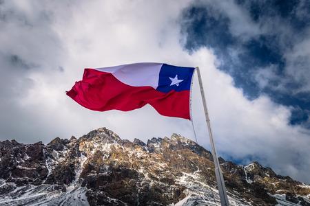 Chileense vlag in de grens tussen Argentinië en Chili Stockfoto