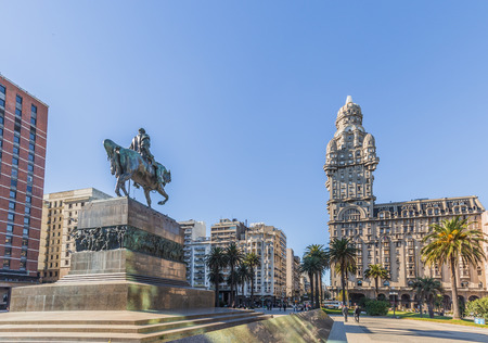 Montevideo - 2. Juli 2017: Palacio Salvo in der Mitte der Stadt von Montevideo, Uruguay
