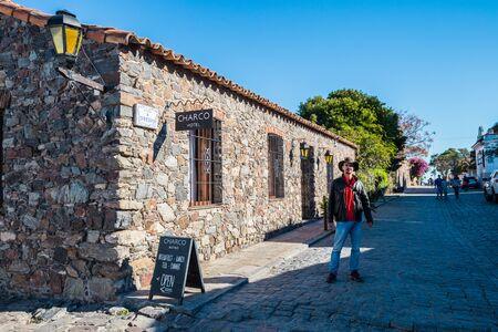 Colonia Del Sacramento - July 02, 2017: Traveler in the streets of the old town of Colonia Del Sacramento, Uruguay Imagens - 97410555