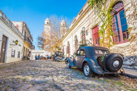 Colonia Del Sacramento - July 02, 2017: Old vintage car in the old town of Colonia Del Sacramento, Uruguay Reklamní fotografie - 97410818
