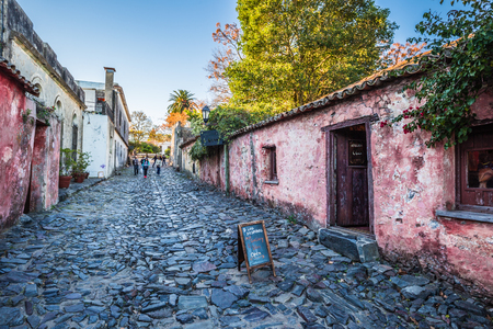 Colonia Del Sacramento - July 02, 2017: Streets of the old town of Colonia Del Sacramento, Uruguay Imagens - 97410563