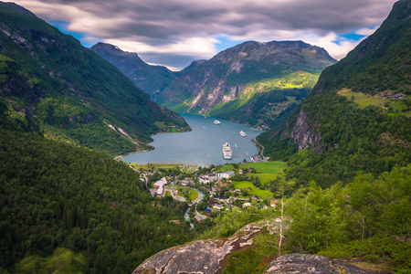 Geiranger - July 30, 2018: Panoramic view of the stunning Geiranger fjord, Norway Foto de archivo - 106086153