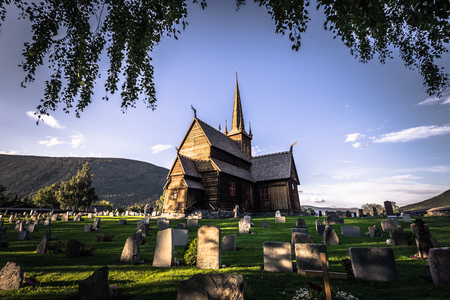Lom - July 29, 2018: The Stave Church of Lom, Norway 新聞圖片