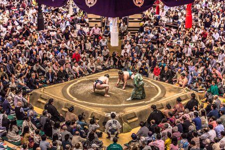 Tokyo - 19 maggio 2019: incontro di lotta di sumo nell'arena Ryogoku, Tokyo, Giappone Editoriali