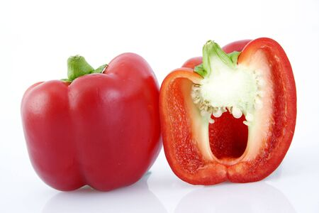 Fresh poivron rouge isolé sur blanc
