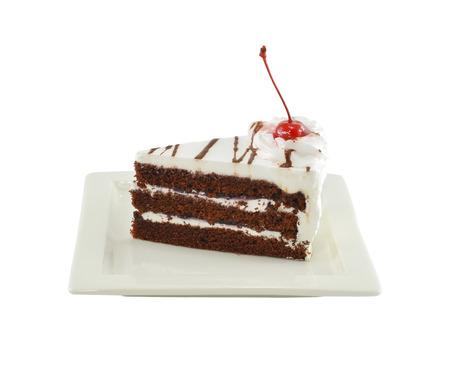 白いプレート上の黒い森のケーキ