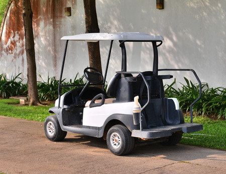 Carrito de golf o un coche del club en campo de golf photo