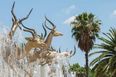 Złota rzeźba impalas naprzeciwko kasyna Gold Reef City w Johannesburgu Zdjęcie Seryjne