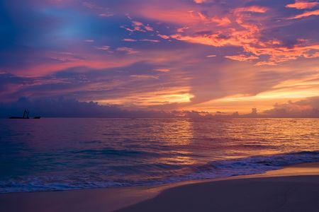 Yellow red pink blue sunset on the ocean in summer 版權商用圖片 - 6005133
