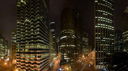 iluminated: Vista desde otro edificio para el Distrito Financiero de San Francisco en California