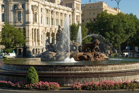 plaza de la cibeles: Cibeles desde el lado con el agua en la fuente, Madrid, Espa�a
