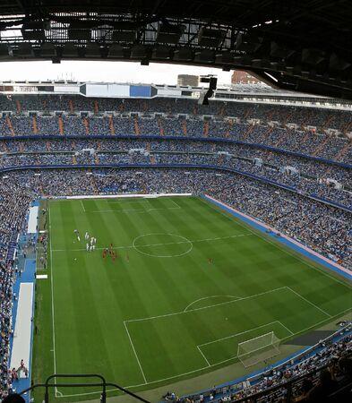 jugando al futbol: estadio de f�tbol lleno de gente  Foto de archivo