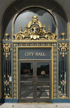 Het stad huis van San Francisco Californië, geopend in 1915, op het gebied van de open ruimte in het Civic Center van de stad, is een monument van de Beaux-arts de korte
