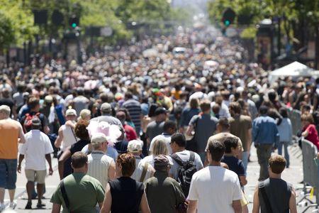 mucha gente: Multitud de personas caminando en la calle profundidad de campo