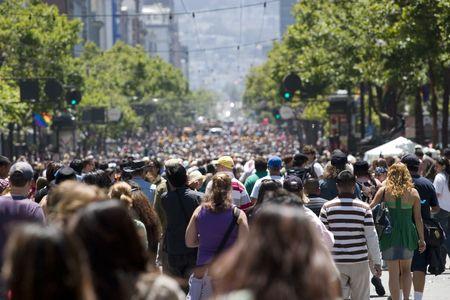 Multitud de personas caminando por la calle profundidad de campo  Foto de archivo - 1180245
