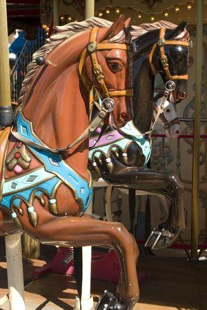 ferriswheel: Carosello a cavallo marrone ritratto in 39 molo di San Francisco in California