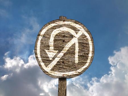 Crude insolito dipinto a mano No U-Turn segno sulla vecchia, Cartello di legno