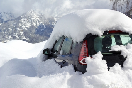Auto begraven onder de sneeuw in Alpen Stockfoto