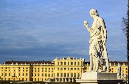 statue grecque: Vienne - statue grecque avec le palais de Sch�nbrunn
