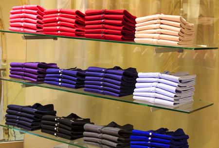 Gefaltete Kleidung im Kaufhaus