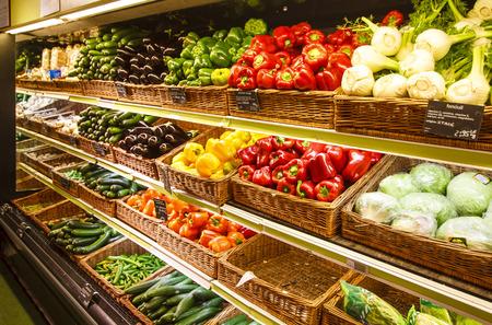 Groenteafdeling in de grote stad supermarkt