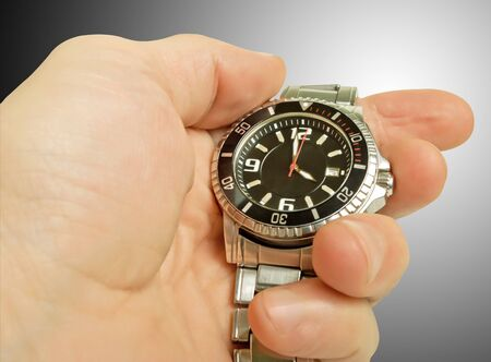 mans watch: Mira en la mano de un hombre, close-up.