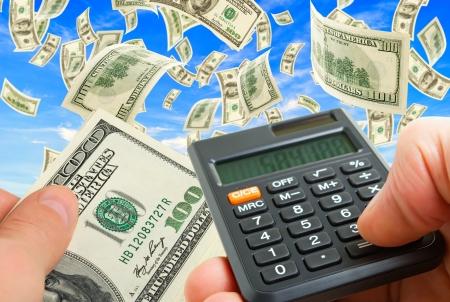 Collage met een bundel van geld, rekenmachine, notities en handen, hemel en gras