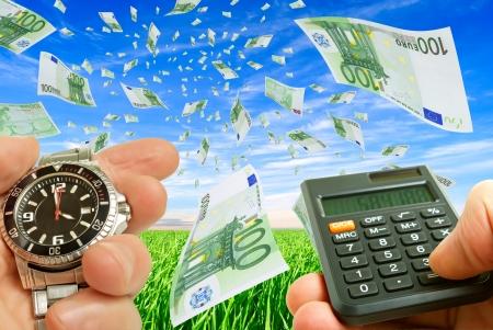 Collage met vliegende geld, horloges en geld in de hand tegen de hemel en gras.