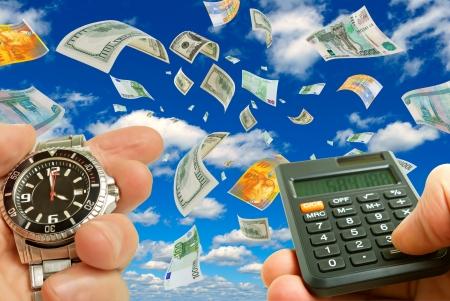Collage met munten, klok en calculator in de hand tegen de hemel Stockfoto