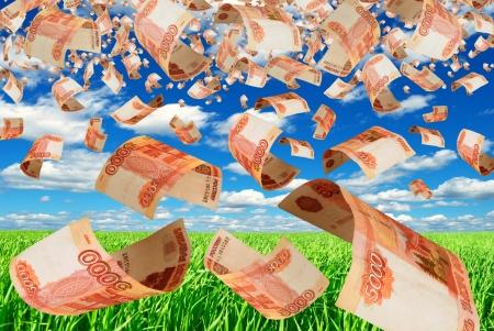 Russische bankbiljetten vervormd tegen de blauwe hemel