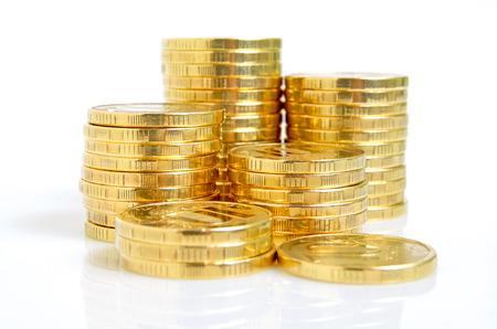 Stilleven met gele munten op een witte achtergrond Stockfoto