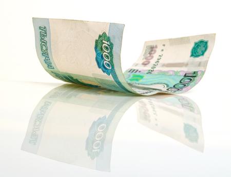 Een bankbiljet Duizend Russische roebels, op een lichte achtergrond.