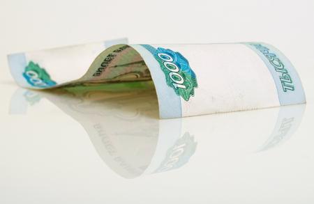 1 紙幣 1000 ロシア ルーブル、明るい背景。