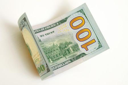 Gebogen honderd dollar bill close-up op een licht vliegtuig. Stockfoto - 35759345