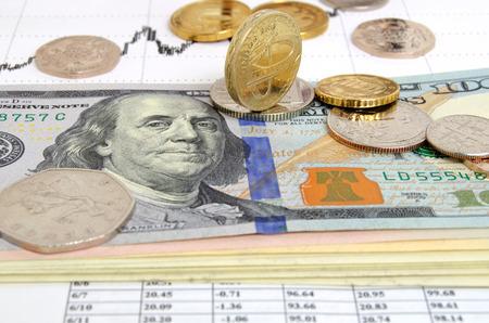 Stilleven met de uitwisseling grafiek munten en bankbiljetten.