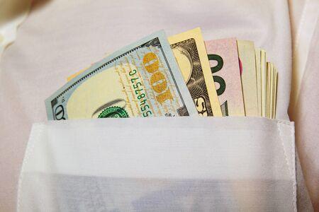 remuneraci�n: D�lares en el bolsillo de su camisa blanca.