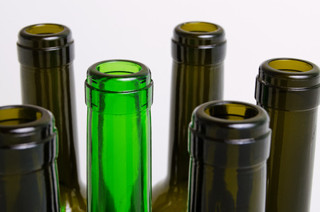 botellas vacias: Las botellas vacías de vino sobre un fondo claro. Foto de archivo