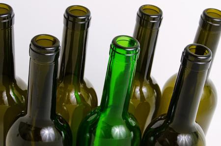 botellas vacias: Las botellas vac�as de vino sobre un fondo claro. Foto de archivo